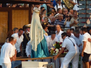 Lifting the statue from the boat